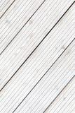 Bordi a strisce congelati stati allineati della plancia nell'inverno Fotografie Stock