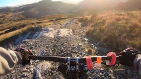Bordkamera: Gebirgsradfahren abw?rts in Steinstra?e im Schiefer-Berg, Gro?britannien Ansicht von der ersten Person stock video