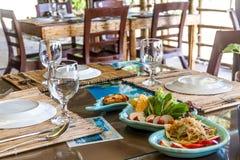 Bordlägga aktiveringen i det utomhus- kafét, den lilla restaurangen i ett hotell, sommar Fotografering för Bildbyråer