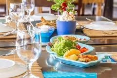 Bordlägga aktiveringen i det utomhus- kafét, den lilla restaurangen i ett hotell, sommar Royaltyfri Bild