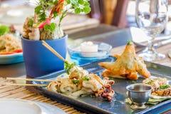 Bordlägga aktiveringen i det utomhus- kafét, den lilla restaurangen i ett hotell, sommar Royaltyfri Foto