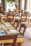Bordlägga aktiveringen i det utomhus- kafét, den lilla restaurangen i ett hotell, sommar Arkivfoton