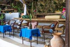 Bordlägga aktiveringen i det utomhus- kafét, den lilla restaurangen i ett hotell, sommar Arkivfoto