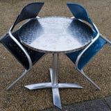 Bordlägga, & stolar regnar in Royaltyfri Foto