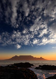Bordlägga berg med moln, uddtownen, Sydafrika Arkivbilder