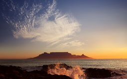Bordlägga berg med moln, uddtownen, Sydafrika arkivbild