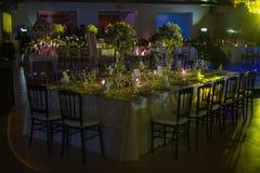 Bordlägga decoractionen, nattbröllopgarnering med stearinljus och vinexponeringsglas, bröllophöjdpunkt Arkivbilder