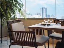 Bordlägga den fastställda restaurangen som äter middag med stadsscapesikt Royaltyfri Bild