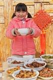 Bordlägga den lyckliga kinesiska flickan Royaltyfri Foto