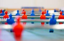 Bordlägga fotboll, foosbal röda och blåa spelare i makrosikt Fotografering för Bildbyråer