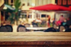 bordlägga framme av abstrakt suddig bakgrund av restaurangsikten royaltyfria foton