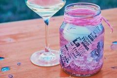Bordlägga garnering med text och ett vinexponeringsglas arkivfoton