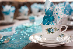 Bordlägga garneringen i vit och turkos för kaffe arkivbilder