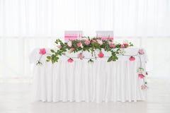 Bordlägga i restaurang Bröllop garnering För två royaltyfri fotografi