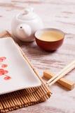 Bordlägga inställningen för ett japanskt mål på en vit träbakgrund arkivbilder
