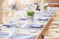 Bordlägga inställningen med överflöd av restaurangexponeringsglas och bestick Royaltyfria Foton