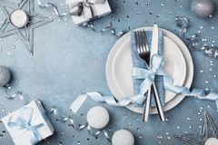 Bordlägga inställningen med gåvaaskar och semestra den bästa sikten för garneringar Förberedelse för julmatställe royaltyfri foto