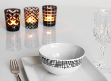Bordlägga inställningen med tre stearinljus Royaltyfri Fotografi