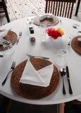 Bordlägga inställningen, utomhus- äta middag uteplatsområde Arkivfoton