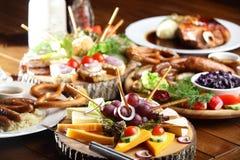 Bordlägga med olika snitt med frukter och grönsaker Royaltyfri Bild