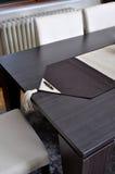 Bordlägga och piska stolar Arkivbild