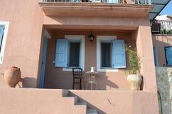 Bordlägga och stol på balkongen, Assos, Kefalonia, Grekland Arkivbild