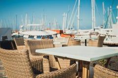 Bordlägga och stolar i marina Rubicon i Playa Blanca, Lanzarote Arkivfoto