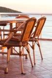 Bordlägga och stolar nära havet Royaltyfria Foton