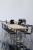 Bordlägga och stolar på kafeterian i modern byggnad Royaltyfria Foton