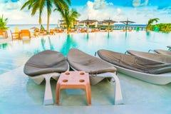 Bordlägga och stolar på restaurangen i den tropiska Maldiverna ön Royaltyfri Bild