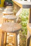 Bordlägga och stolar som står i trädgården med skuggor Arkivfoto