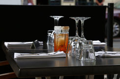 Bordlägga portionen med exponeringsglas, gafflar och knivar Arkivbild