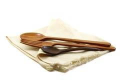 Bordlägga uppsättningen, den wood gaffelskeden och kaffeskeden på servetten isolerad nolla Royaltyfria Bilder