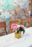 Bordlägga uppsättningen för att gifta sig eller andra den skötte om händelsematställen Arkivfoton