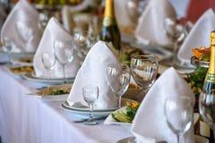 Bordlägga uppsättningen för att gifta sig eller andra den skötte om händelsematställen Arkivbilder
