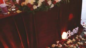 Bordlägga uppsättningen för bröllopmatställen som dekoreras med blommor stock video