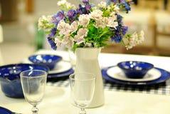 Bordlägga uppsättningen för ett händelseparti- eller bröllopmottagande Royaltyfria Bilder