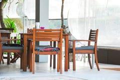Bordlägga uppsättningen för frukost på balkongen i morgonen Royaltyfri Fotografi
