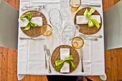 Bordlägga uppsättningen med plattor och bestick och exponeringsglas och en härlig gr Fotografering för Bildbyråer