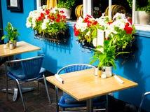 Bordlägger gammalmodiga cafestolar för tappning med i Köpenhamn Royaltyfria Bilder