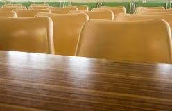 Bordlägger och stolar som inget sitter i seminariumrummet royaltyfri bild