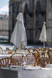 Bordlägger utomhus- kaféer med vinexponeringsglas på fyrkanten av Frenen Royaltyfri Foto