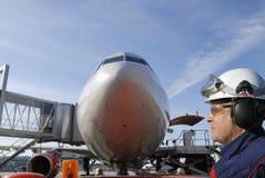 Bordmechaniker und Flugzeug Lizenzfreies Stockfoto