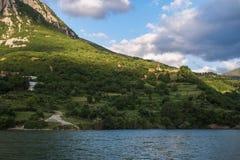 Bordmorgen See Komani-Fähre von Fierza zu Koman in Albani stockfotos