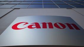 Bordo all'aperto del contrassegno con Canon inc marchio Edificio per uffici moderno Rappresentazione editoriale 3D stock footage