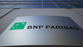Bordo all'aperto del contrassegno con il logo di BNP Paribas Edificio per uffici moderno Rappresentazione editoriale 3D Fotografia Stock