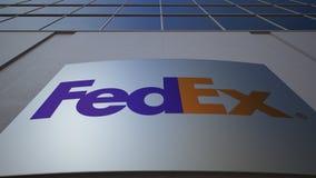 Bordo all'aperto del contrassegno con il logo di Fedex Edificio per uffici moderno Rappresentazione editoriale 3D Fotografia Stock
