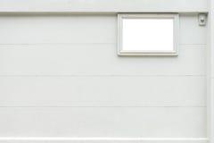 Bordo bianco in bianco di nome con il cicalino davanti alla casa fotografia stock libera da diritti