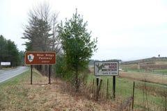 Bordo blu del Montagna-segno di Horn del ahead-Powser di Ridge Parkway dal lato della strada immagine stock libera da diritti
