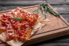Bordo con bacon fritto fotografia stock libera da diritti